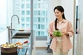 가정주방 (주방), 요리하기 (음식준비), 여성, 채소, 들어올리기 (물리적활동), 걷기 (물리적활동)