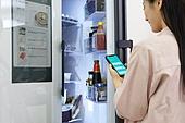 가정주방 (주방), 요리하기 (음식준비), 여성, 레시피, 냉장고, 홈오토메이션 (기술), Internet of Things (Internet), 스마트폰, 찾기 (응시)