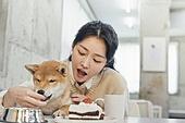 여성, 강아지, 반려동물, 카페, 애견카페, 펫테크 (사회이슈), 미소, 밝은표정, 펫푸드 (애완동물장비), 먹여주기 (움직이는활동)