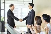 비즈니스, 비즈니스 (주제), 사업관계 (비즈니스), 비즈니스맨, 비즈니스맨 (사업가), CEO (책임자), 글로벌비즈니스, 글로벌, 함께함 (컨셉), 미팅, 회의실 (사무실), 협력, 합의 (컨셉), 성공, 전략, 백인 (인종), 악수, 악수 (제스처), 박수, 토론 (커뮤니케이션), 커뮤니케이션