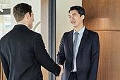 비즈니스, 비즈니스 (주제), 사업관계 (비즈니스), 비즈니스맨, CEO (책임자), 글로벌비즈니스, 글로벌, 함께함 (컨셉), 미팅, 회의실 (사무실), 협력, 기업, 합의 (컨셉), 성공, 전략, 백인 (인종), 악수, 악수 (제스처), 커뮤니케이션, 대화 (말하기)
