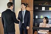 비즈니스, 비즈니스 (주제), 사업관계 (비즈니스), 비즈니스맨, 비즈니스맨 (사업가), CEO (책임자), 글로벌비즈니스, 글로벌, 함께함 (컨셉), 미팅, 회의실 (사무실), 협력, 합의 (컨셉), 성공, 전략, 백인 (인종), 악수, 악수 (제스처), 박수, 커뮤니케이션