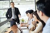 비즈니스 (주제), 비즈니스맨, 사업가 (화이트칼라), CEO (책임자), 글로벌금융, 글로벌비즈니스, 글로벌, 미팅, 집중 (컨셉), 일 (물리적활동), 화 (컨셉), 대화, 백인 (인종), 불만 (컨셉), 스트레스 (컨셉)