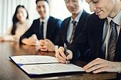 비즈니스, 비즈니스 (주제), 사업관계 (비즈니스), CEO (책임자), 글로벌비즈니스, 글로벌, 함께함 (컨셉), 협력, 협력 (컨셉), 금융, 기업 (비즈니스), 합의 (컨셉), 계약, 계약 (서류), 약관 (컨셉), 서류 (인쇄매체), 서명, 서명 (글씨쓰기)