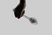 플라스틱, 쓰레기 (물체묘사), 실루엣, 미세플라스틱, 지저분함 (나쁜상태), 환경오염, 숟가락, 사람손 (주요신체부분)