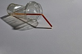 플라스틱, 쓰레기 (물체묘사), 구겨짐 (재질), 일회용 (상태), 커피잔 (컵), 빨대
