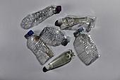 플라스틱, 쓰레기 (물체묘사), 구겨짐 (재질), 페트병, 여러개[10개이상] (그룹[오브젝트])
