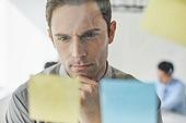 비즈니스, 비즈니스 (주제), 비즈니스맨 (사업가), 화이트칼라 (전문직), 아이디어, 생각 (컨셉), 경영전략, CEO (책임자), 일 (물리적활동), 아이디어 (컨셉), 포스트잇, 백인 (인종), 글로벌, 집중 (컨셉)