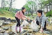 환경운동가, 쓰레기 (물체묘사), 플로깅, 제로웨이스트, 어린이 (나이), 마주보기 (위치묘사)