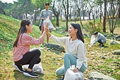 환경운동가, 쓰레기 (물체묘사), 플로깅, 제로웨이스트, 어린이 (나이), 소녀, 하이파이브