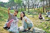 환경운동가, 쓰레기 (물체묘사), 플로깅, 제로웨이스트, 어린이 (나이), 소녀, 스마트폰, 셀프카메라 (포즈취하기)