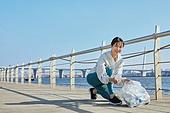 쓰레기봉투, 제로웨이스트, 지역봉사활동 (사회복지), 플로깅, 환경, 환경보호, 건강한생활 (주제), 캠페인, 여성, 들어올리기 (물리적활동), 미소