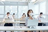 비즈니스 (주제), 비즈니스맨 (사업가), 사무실, 코로나19 (코로나바이러스), 사회적거리두기 (사회이슈), 코로나바이러스 (바이러스), 팬데믹, 마스크 (방호용품), 일 (물리적활동)