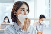 한국인, 비즈니스 (주제), 사무실, 코로나19 (코로나바이러스), 사회적거리두기 (사회이슈), 팬데믹 (질병), 코로나바이러스 (바이러스), 팬데믹, 마스크 (방호용품), 피로 (물체묘사)