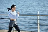 한국인, 건강관리 (주제), 달리기 (물리적활동), 조깅 (운동), 유산소운동 (운동), 강변, 여성, 속도 (컨셉)