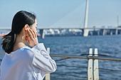 한국인, 건강관리 (주제), 달리기 (물리적활동), 조깅 (운동), 유산소운동 (운동), 강변, 여성, 휴식, 듣기 (감각사용), 이어폰