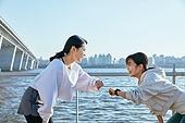 한국인, 건강관리 (주제), 달리기 (물리적활동), 조깅 (운동), 유산소운동 (운동), 대화, 미소, 박동 (진동), 스마트기기 (정보장비), 착용시계 (시간도구)