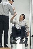 장애인 (장애), 휠체어, 장애, 사회복지, 메디컬컨디션, 신체장애, 함께함 (컨셉), 협력 (컨셉), 위기극복 (컨셉), 하이파이브