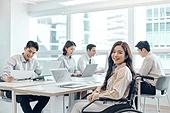 장애인 (장애), 휠체어, 장애, 사회복지, 신체장애, 비즈니스, 노동자 (직업), 위기극복 (컨셉), 협력 (컨셉), 함께함 (컨셉)