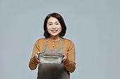 50대 (중년), 여성, 음식, 한국인, 용기 (인조물건), 포장, 제로웨이스트, 재활용 (환경보호), 리유저블 (환경보호), 상인 (소매업자)
