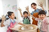 사진, 교육 (주제), 창의성 (컨셉), 교사 (교육직), 소년, 도자기 (공예품), 도자기물레 (예술도구), 점토놀이 (예술도구)