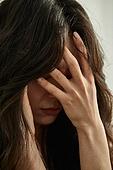 의료성형뷰티 (주제), 탈모 (질병), 비듬, 걱정 (어두운표정), 두피 (사람머리), 헤어케어 (몸단장제품), 머리카락 (주요신체부분), 피로 (물체묘사), 스트레스 (컨셉)