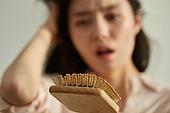 의료성형뷰티 (주제), 탈모 (질병), 비듬, 걱정 (어두운표정), 두피 (사람머리), 헤어케어 (몸단장제품), 머리카락 (주요신체부분), 헤어브러시 (헤어케어)