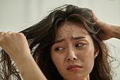 의료성형뷰티 (주제), 탈모 (질병), 비듬, 걱정 (어두운표정), 두피 (사람머리), 헤어케어 (몸단장제품), 머리카락 (주요신체부분), 스트레스 (컨셉)