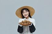 한국인, 20대 (청년), 청년 (성인), 스타트업 (소기업), 농부 (농촌직업), 여성, 농업 (주제), 미소