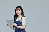 한국인, 20대 (청년), 청년 (성인), 스타트업 (소기업), 상인 (소매업자), 시간제근무 (직업), 만족, 미소, 디지털태블릿 (개인용컴퓨터)