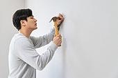 한국인, 벽 (건물특징), 싱글라이프 (주제), 홈케어, 망치 (공구), 못