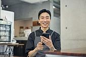 한국인, 상점, 40대 (중년), 남성, 미소, 밝은표정, 손허리 (몸의 자세), 스마트폰, 지원금