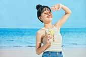 여름, 해변 (해안), 쾌활한표정 (밝은표정), 여성 (성별), 시원함 (컨셉), 상업이벤트, 칵테일, 손으로햇빛가리기 (가리기)