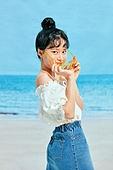 여름, 해변 (해안), 쾌활한표정 (밝은표정), 여성 (성별), 시원함 (컨셉), 상업이벤트, 엷은색선글라스 (선글라스)