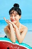 여름, 해변, 쾌활한표정 (밝은표정), 여성, 시원함 (컨셉), 상업이벤트, 구명튜브 (안전장비)