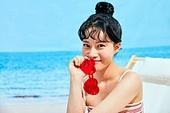 여름, 해변 (해안), 쾌활한표정 (밝은표정), 여성 (성별), 시원함 (컨셉), 상업이벤트, 엷은색선글라스 (선글라스), 귀여움 (물체묘사)