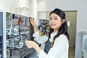 카페, 바리스타, 웃음 (얼굴표정), 커피 (뜨거운음료), 카페테리아직원 (음식서비스직), 제조 (움직이는활동)