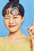 포즈 (몸의 자세), 여름, 상업이벤트, 웃음 (얼굴표정), 쾌활한표정 (밝은표정), 비누방울장난감 (장난감)