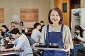한국인, 식사, 상인 (소매업자), 음식서빙 (움직이는활동), 업무현장, 음식서비스직, 성장 (컨셉), 고객 (역할), 50대 (중년)