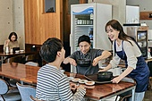 한국인, 식사, 상인 (소매업자), 음식서빙 (움직이는활동), 업무현장, 음식서비스직, 성장 (컨셉), 고객 (역할), 대화