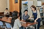 한국인, 식사, 상인 (소매업자), 음식서빙 (움직이는활동), 업무현장, 음식서비스직, 성장 (컨셉), 고객 (역할)
