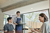 한국인, 식사, 상인 (소매업자), 음식서빙 (움직이는활동), 업무현장, 음식서비스직, 성장 (컨셉), 고객 (역할), 메뉴