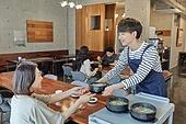 한국인, 식사, 상인 (소매업자), 음식서빙 (움직이는활동), 업무현장, 음식서비스직, 성장 (컨셉), 고객 (역할), 20대 (청년), 남성, 시간제근무 (직업), 미소
