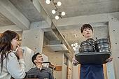 한국인, 식사, 상인 (소매업자), 음식서빙 (움직이는활동), 업무현장, 음식서비스직, 성장 (컨셉), 고객 (역할), 20대 (청년), 남성, 청년 (성인), 시간제근무 (직업), 역경 (컨셉)