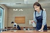 한국인, 식사, 상인 (소매업자), 음식서빙 (움직이는활동), 업무현장, 음식서비스직, 성장 (컨셉), 시간제근무 (직업), 닦기 (클리닝), 소독 (움직이는활동), 미소