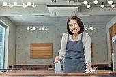 한국인, 식사, 상인 (소매업자), 음식서빙 (움직이는활동), 업무현장, 음식서비스직, 성장 (컨셉), 고객 (역할), 50대 (중년), 여성, 닦기 (클리닝), 미소