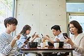 한국인, 식사, 남성, 여성, 부모, 커뮤니케이션문제, 스마트폰, 스몸비