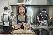 한국인, 식당주방 (주방), 요리사 (음식서비스직), 요리하기 (음식준비), 준비, 50대 (중년), 여성, 미소