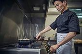 한국인, 식당주방 (주방), 요리사 (음식서비스직), 요리하기 (음식준비), 준비, 남성, 가스스토브버너 (생활용품), 점화