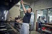 한국인, 식당주방 (주방), 요리사 (음식서비스직), 요리하기 (음식준비), 준비, 남성, 가스스토브버너 (생활용품), 성장 (컨셉), 바쁨, 주문서
